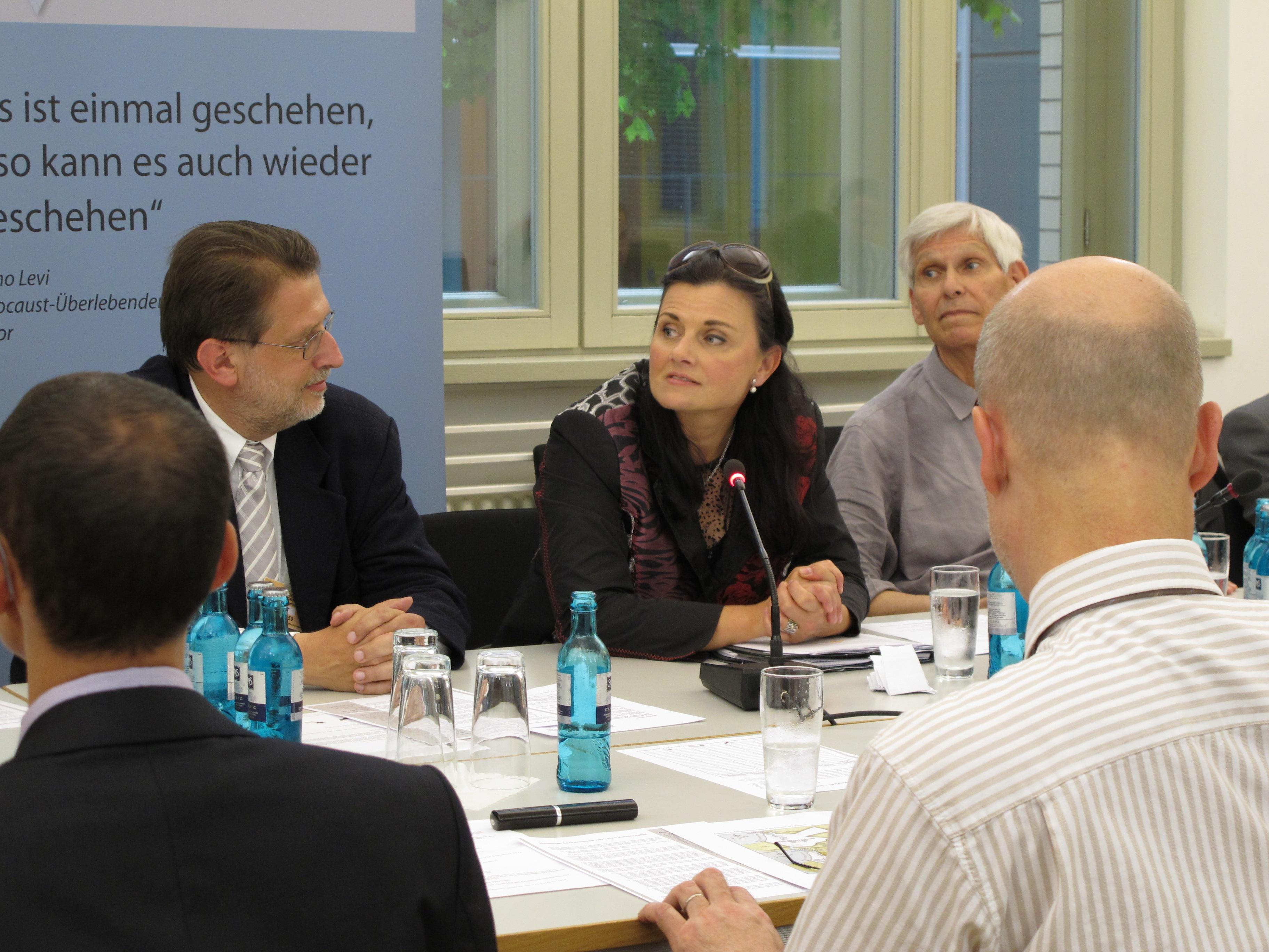 Symposium am 08.06.2011 im Jakob-Kaiser-Haus des Deutschen Bundestags mit Harald Eckert, Gitta Connemann MdB und Prof. Gert Weisskirchen (v.l.n.r.), Foto: Torsten Roeder