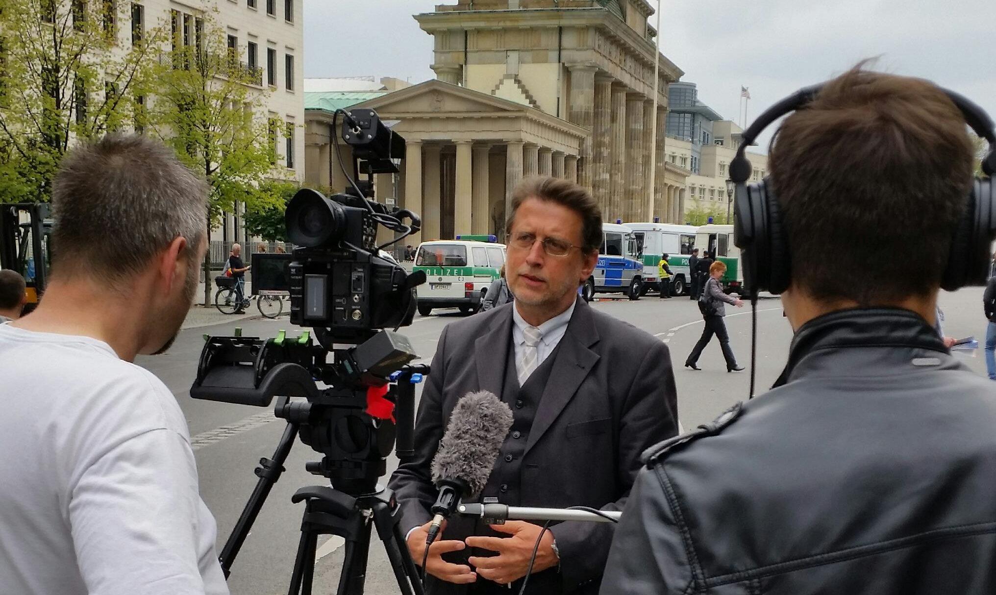 Harald Eckert, 1. Vorsitzender der Initiative 27. Januar, vor der Kundgebung gegen Judenfeindschaft am 14.09.2014 vor dem Brandenburger Tor in Berlin