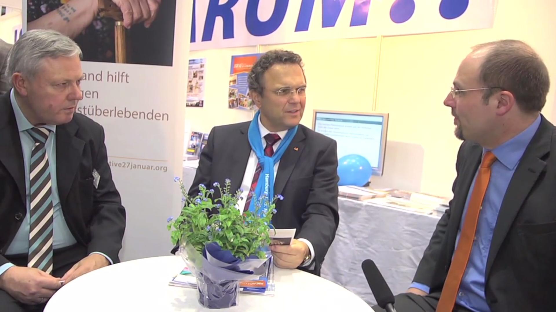 Bundesinnenminister Dr. Hans-Peter Friedrich im Gespräch mit Jörg Gehrke, Leiter der Hauptstadtarbeit der Initiative 27. Januar, am 03.05.2013 beim Deutschen Evangelischen Kirchentag in Hamburg