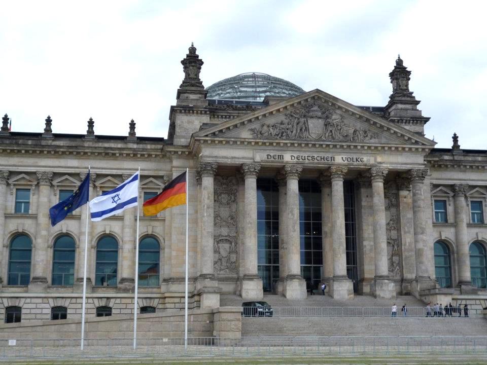 Israelische Flagge vor dem Deutschen Bundestag aus Anlass des Besuches des israelischen Parlamentspräsidenten Reuven Rivlin am 26.06.2012 in Berlin