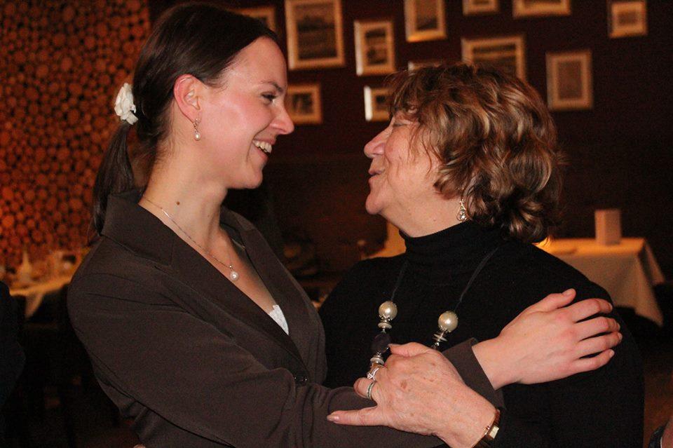 """Marina Müller (links), Leiterin des Projekts """"Zeugen der Zeitzeugen"""", und Gita Koifman, Holocaustüberlebende und Verbandsleiterin in Israel, im Januar 2012 in Berlin"""