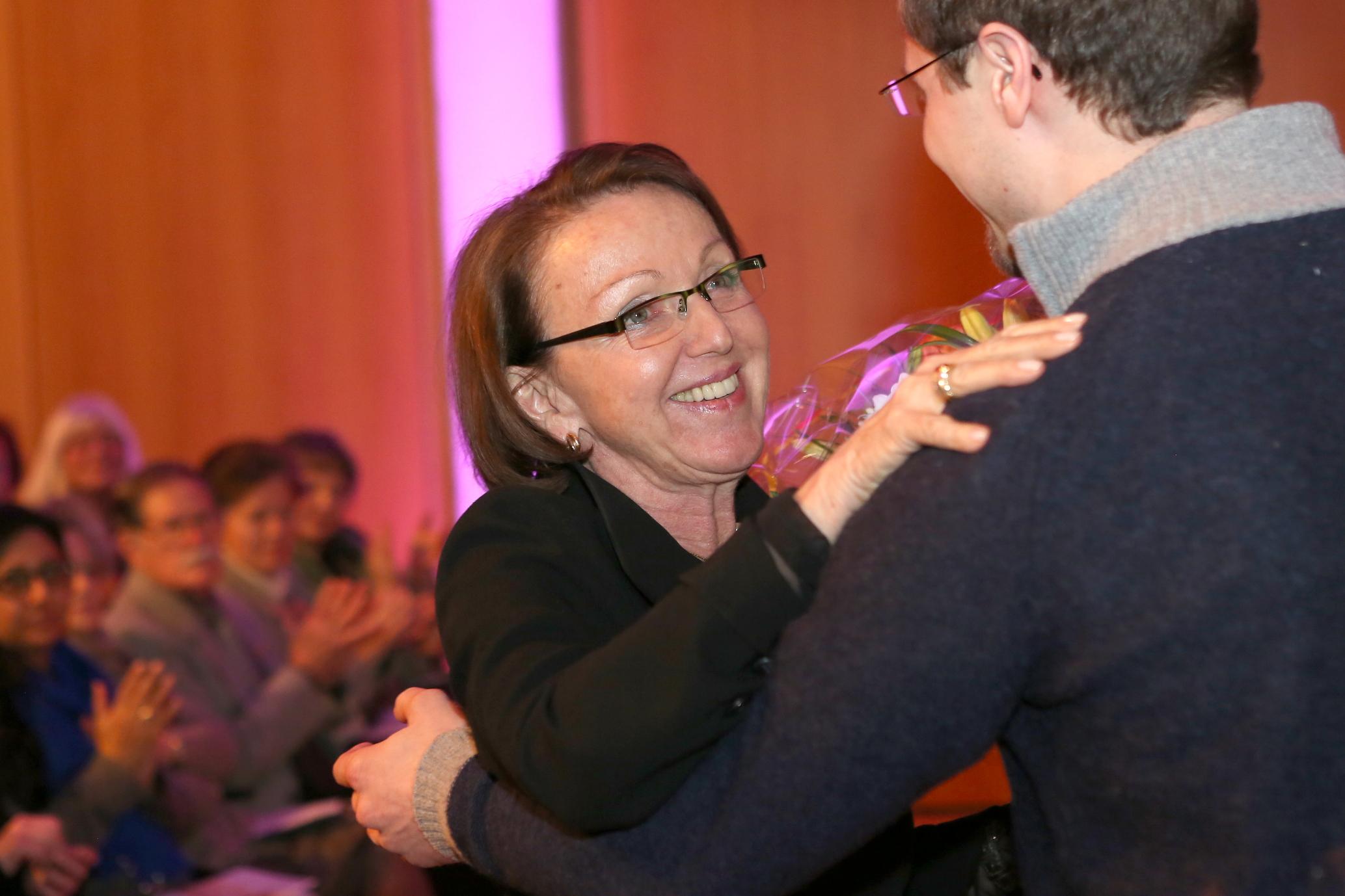 Dank an Dr. Eva Umlauf nach ihrer Rede bei der Gedenkveranstaltung am 29.01.2015 im Hubert-Burda-Saal der Israelitischen Kultusgemeinde in München, Foto: Sylvie Köker
