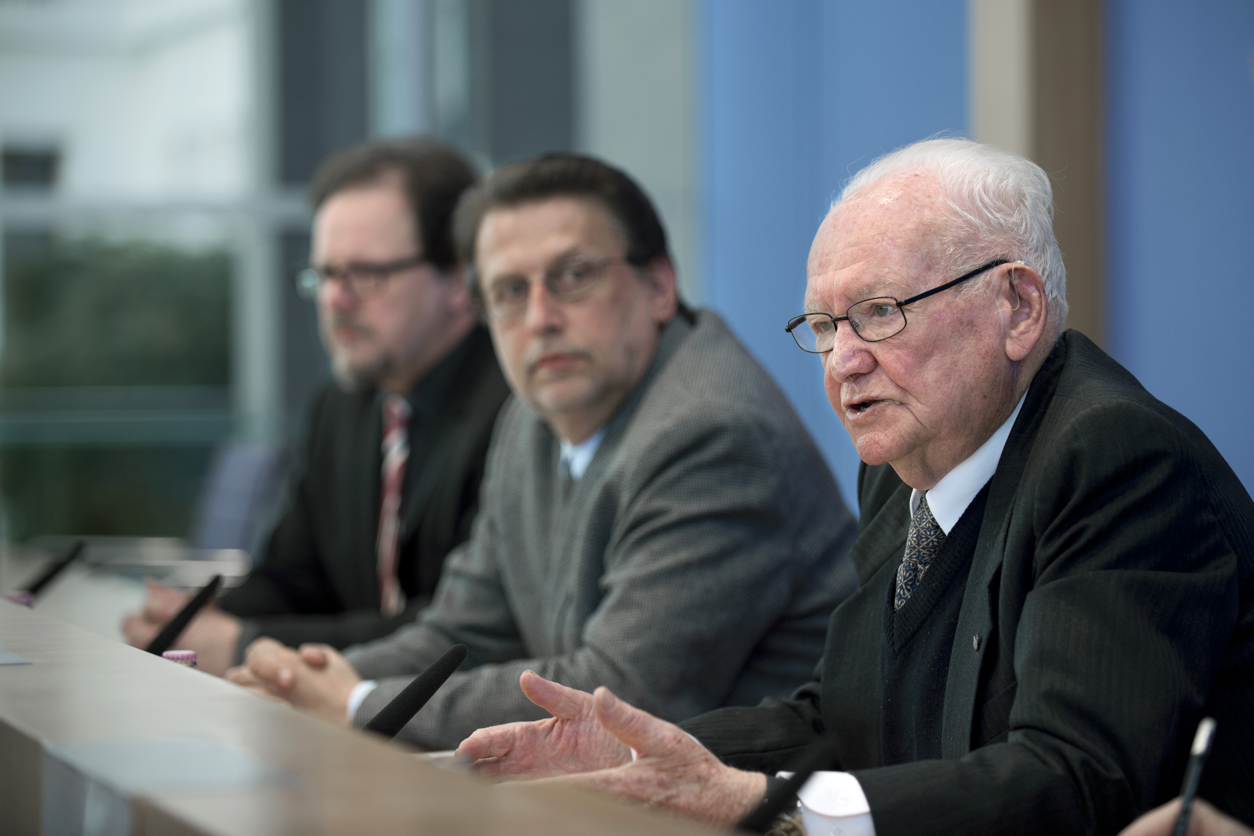 Asher Aud, Holocaustüberlebender und Verbandsleiter in Jerusalem, Harald Eckert und Frank Heinrich MdB (v.r.n.l.) bei der Bundespressekonferenz am 04.05.2015 in Berlin, Foto: Stefan Boness / IPON