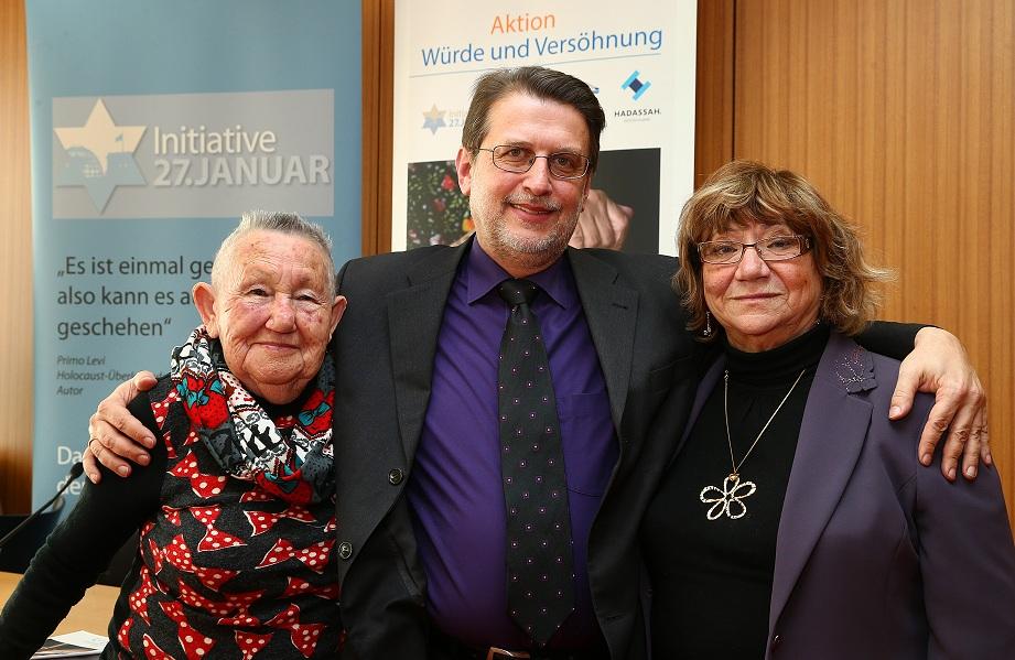 Harald Eckert mit den Holocaustüberlebenden Tova Adler (links) und Gita Koifman (rechts) nach der Pressekonferenz am 25.01.2013 im Haus der Bundespressekonferenz in Berlin, Foto: Eventpress Herrmann