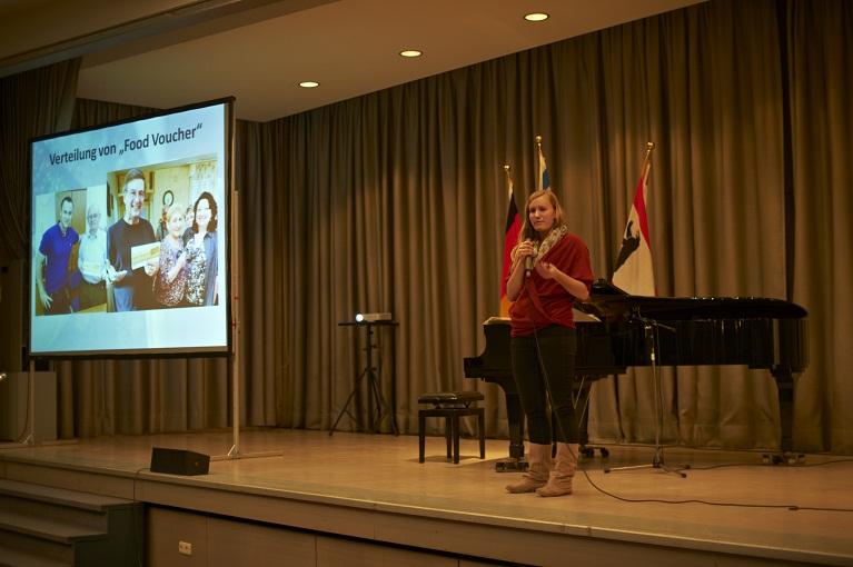 Mirijam Schmidt, Volontärin bei der Helping Hand Coalition in Israel, bei der Gedenkveranstaltung am 28.01.2013 im Jüdischen Gemeindehaus in Berlin