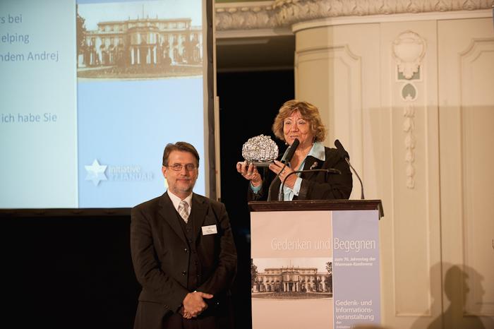 Harald Eckert, 1. Vorsitzender der Initiative 27. Januar, und Gita Koifman, Holocaustüberlebende und Verbandsleiterin in Israel, bei der Gedenkveranstaltung am 20.01.2012 in der Französischen Friedrichstadtkirche in Berlin
