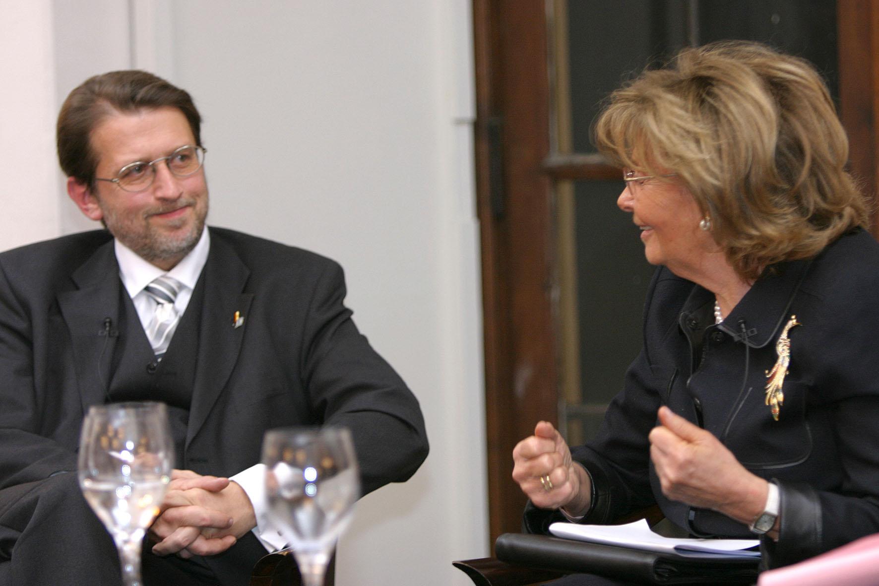 Harald Eckert mit Charlotte Knobloch im Gespräch bei der Gedenkveranstaltung am 26.01.2006 im Senatssaal des Bayerischen Landtags