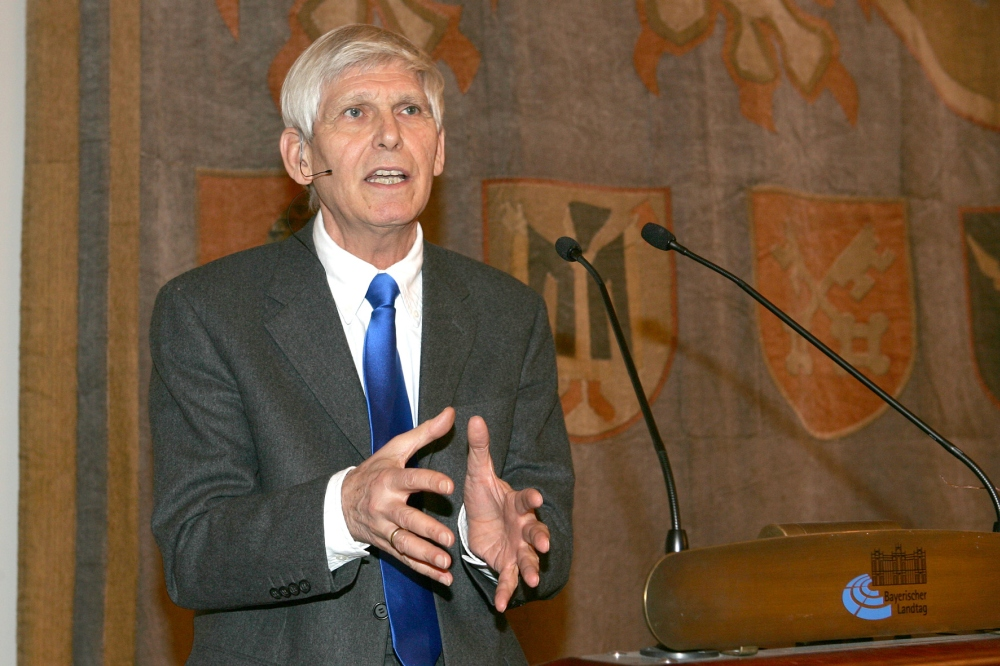 Prof. Gert Weisskirchen, MdB a.D. und ehemaliger außenpolitischer Sprecher der SPD-Bundestagsfraktion, bei der Gedenkveranstaltung am 24.01.2010 im Senatssaal des Bayerischen Landtags