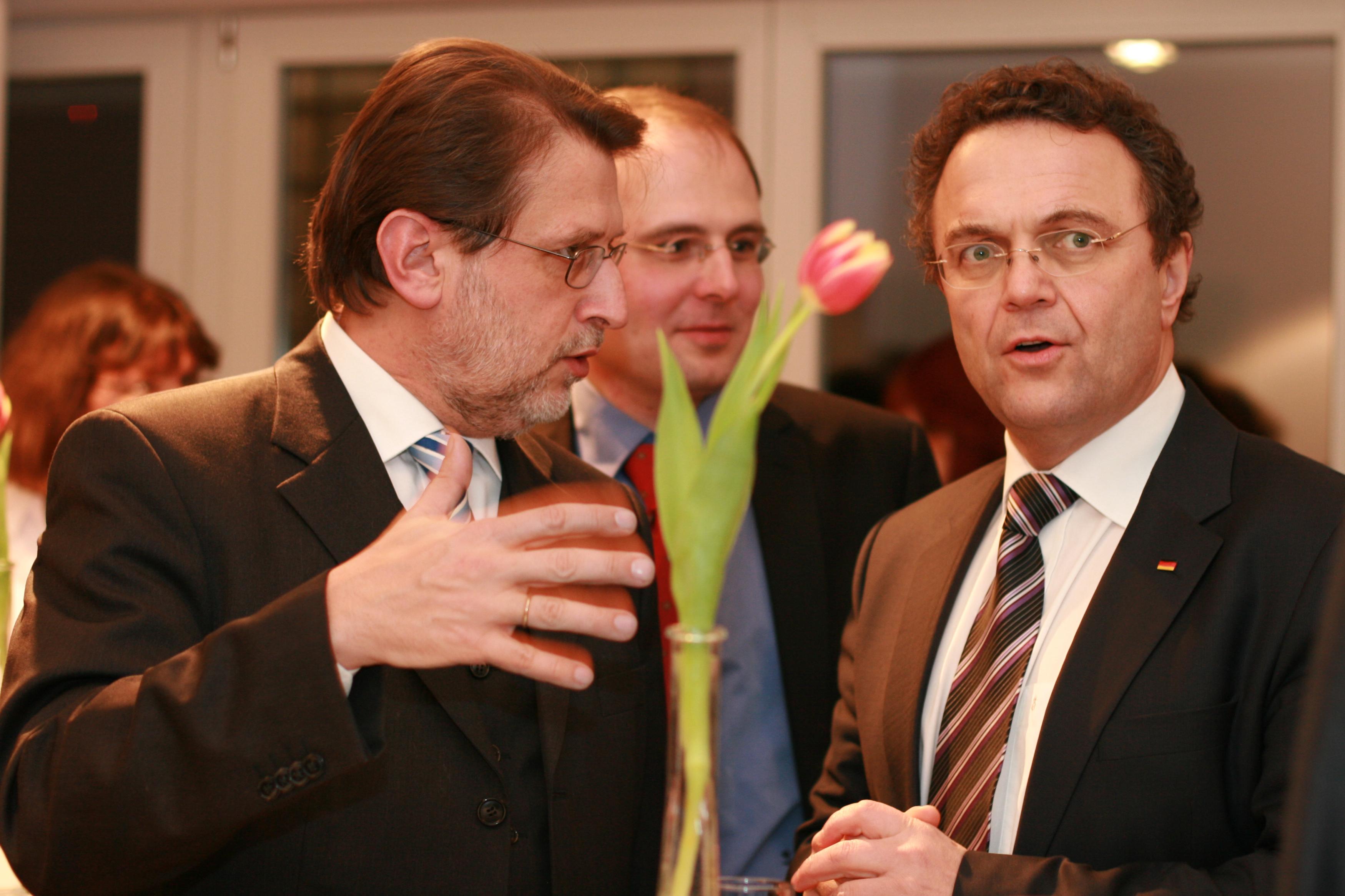 Harald Eckert, 1. Vorsitzender der Initiative 27. Januar, im Gespräch mit Dr. Hans-Peter Friedrich, 1. stellvertretender Vorsitzender der CDU/CSU-Bundestagsfraktion, bei der Gedenkveranstaltung am 27.01.2011 in der Kanzlei in der Glinkastraße in Berlin, Foto: Ruth Steinhof