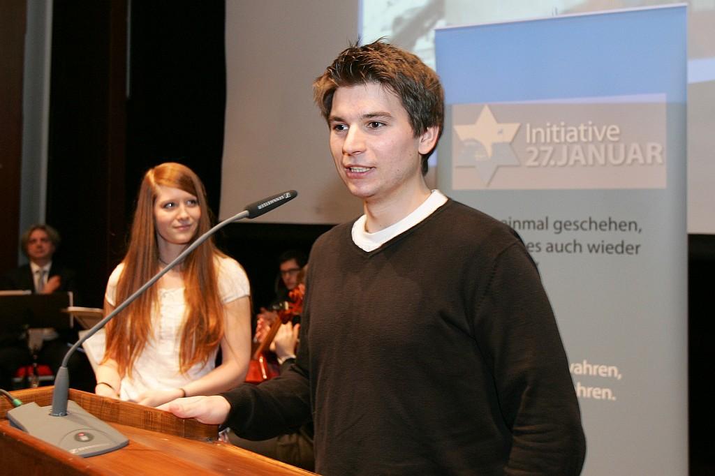 """Teilnehmende einer Reise mit """"Israel Connect"""" berichten über die Jugend-Zeitzeugen-Begegnungen, Gedenkveranstaltung am 30.01.2011 in der Kongresshalle der Alten Messe in München"""