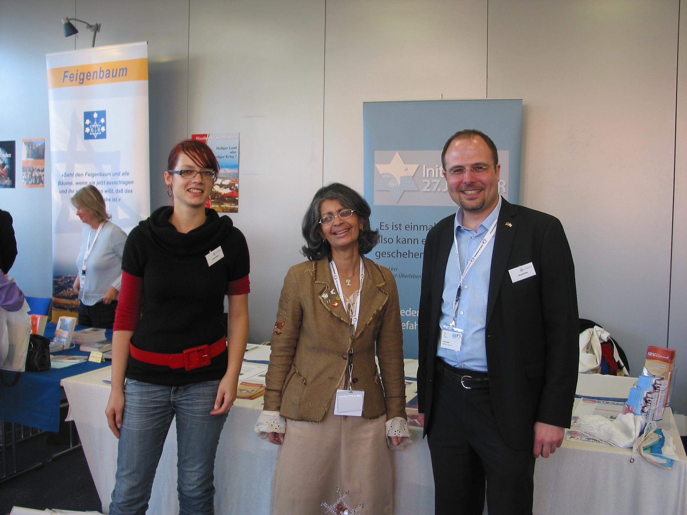Sarah Kröger und Jörg Gehrke vom Team der Initiative 27. Januar mit Anat Rajber (Mitte) beim 2. Deutschen Israelkongress 2011 am 23.10.2011 in Frankfurt am Main